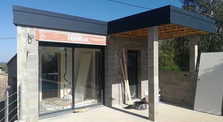 Habillage façade de maison avec bandeau gris anthracite