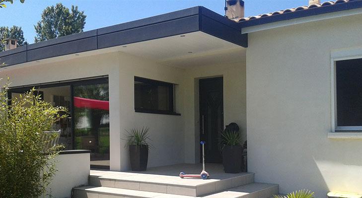 Habillage façade de maison avec bardage et bandeau