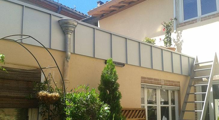 Habillage coiffe de terrasse de maison avec bandeau